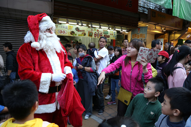 Christmas In Wulai Santa Claus in the crowd